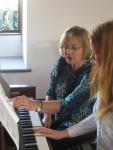 Roz Robinson teaching piano